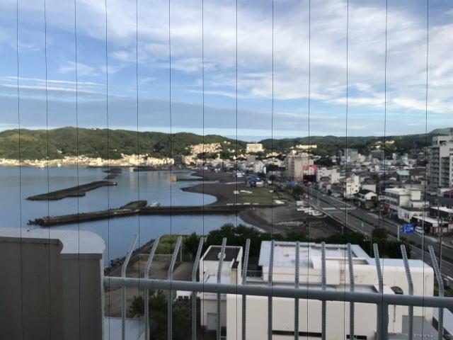 窓からは海と街並み