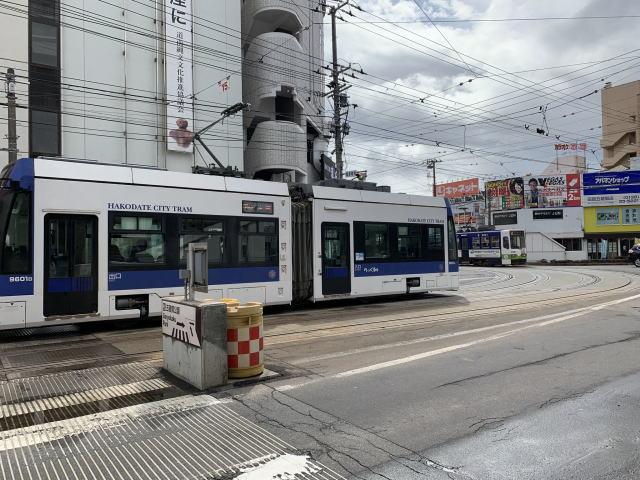 2両編成のモダンな路面電車