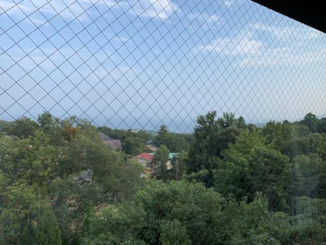 窓から遠方に海